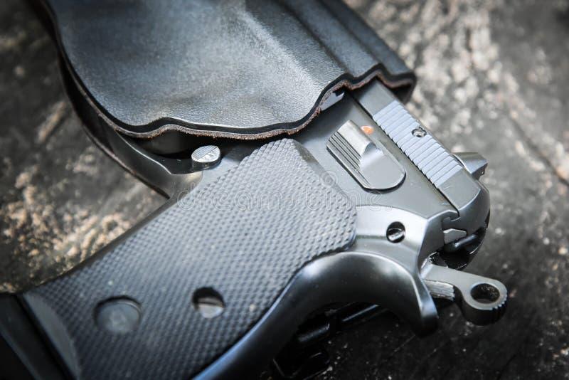Handeldvapen i pistolhölster royaltyfria bilder