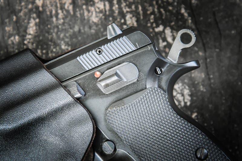 Handeldvapen i pistolhölster arkivbild