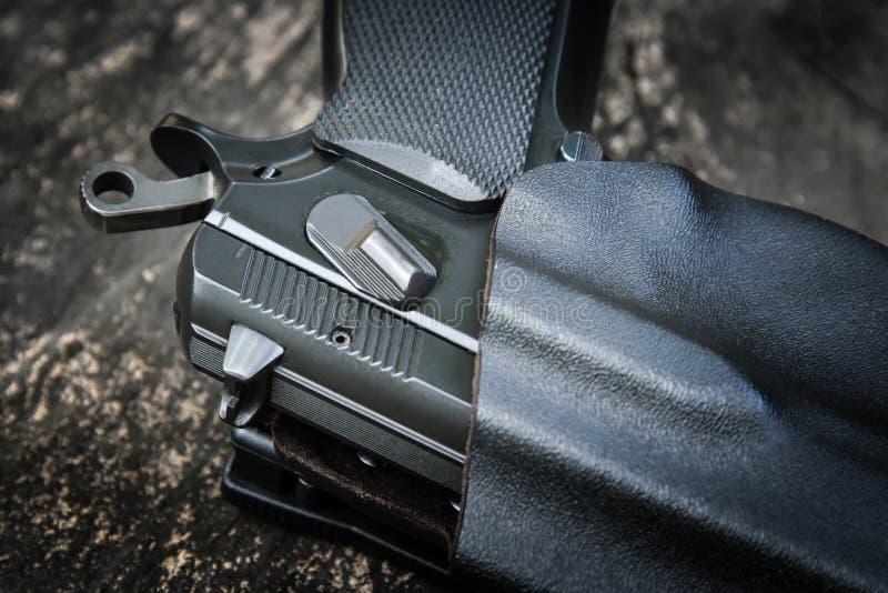 Handeldvapen i pistolhölster arkivbilder