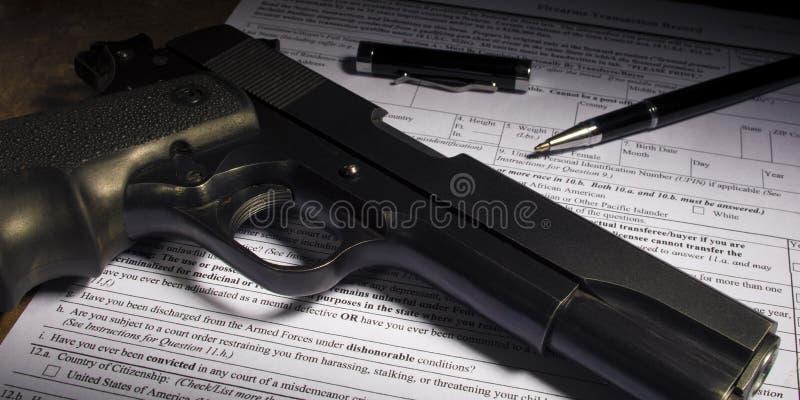 Handeldvapen med den köpskrivbordsarbete och pennan royaltyfri bild