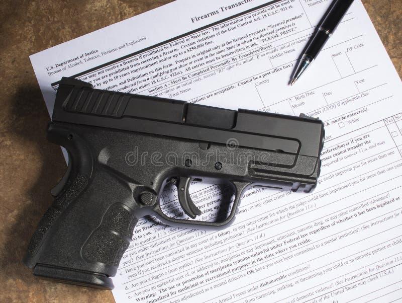 Handeldvapen och köpskrivbordsarbete arkivfoton