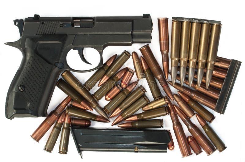 Handeldvapen och kulor på den vita bakgrunden royaltyfri foto