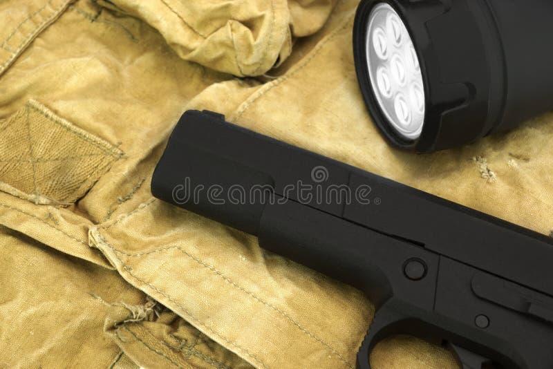 Handeldvapen och ledde Tourchlight på ryggsäcken arkivfoto