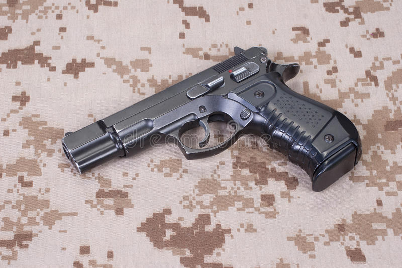 Handeldvapen på kamouflagelikformign royaltyfri foto