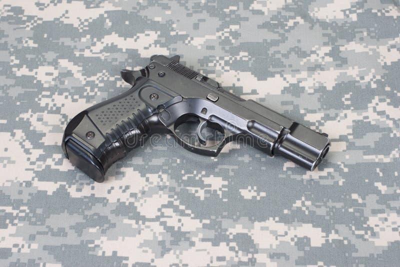 Handeldvapen på kamouflagelikformign royaltyfria foton