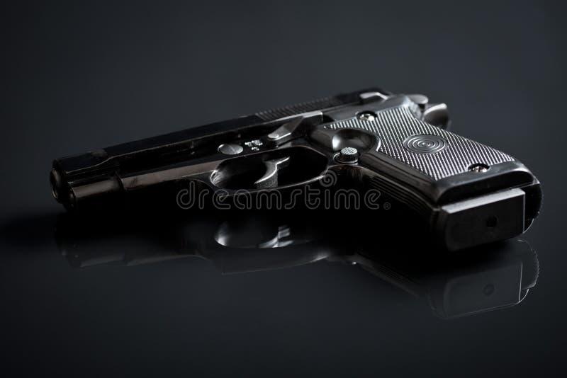Handeldvapen på svart bakgrund royaltyfri fotografi
