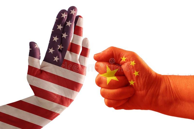 Handelkonflikten, USA flaggan på en stopphand och Kina sjunker på en näve royaltyfria bilder