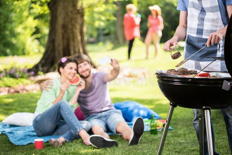 Handeln des Grills im Park lizenzfreie stockfotografie