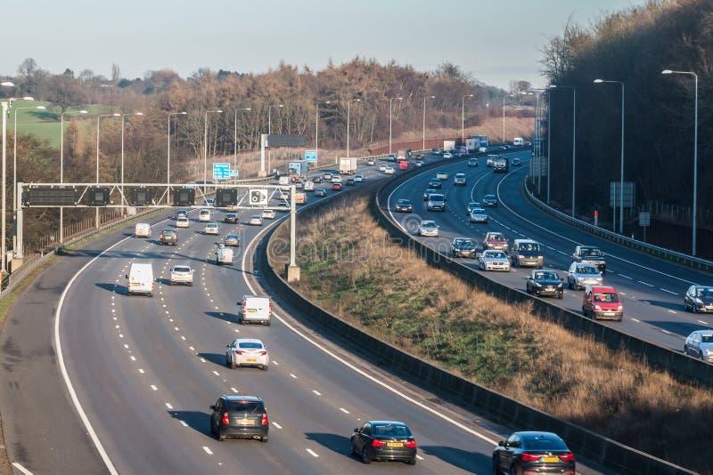 Handeln Sie auf der britischen Autobahn M25 in einer Sonnenuntergangzeit stockfoto