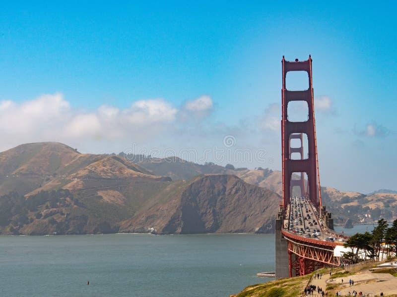 Handeln Sie auf Golden gate bridge, das zu Marin Headlands führt stockfotos