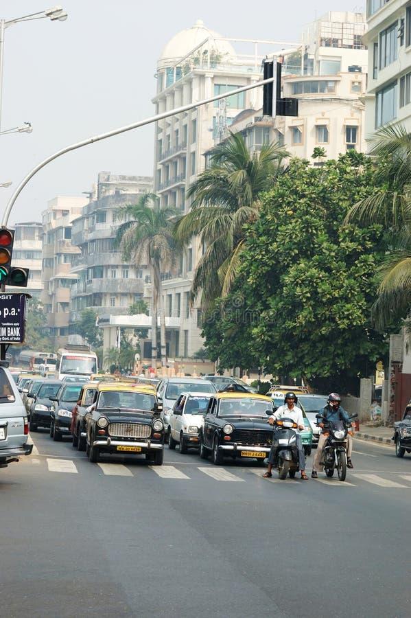 Handeln Sie bei Mumbai - die meiste dicht besiedelte Stadt in Indien stockbilder