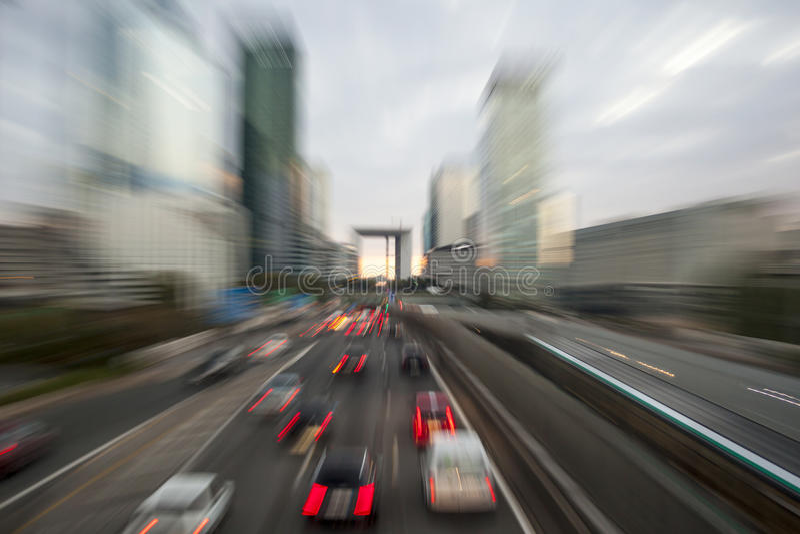 Handeln Sie mit Unschärfelicht durch Stadt auf städtischer Landstraße an der Dämmerung B lizenzfreies stockfoto