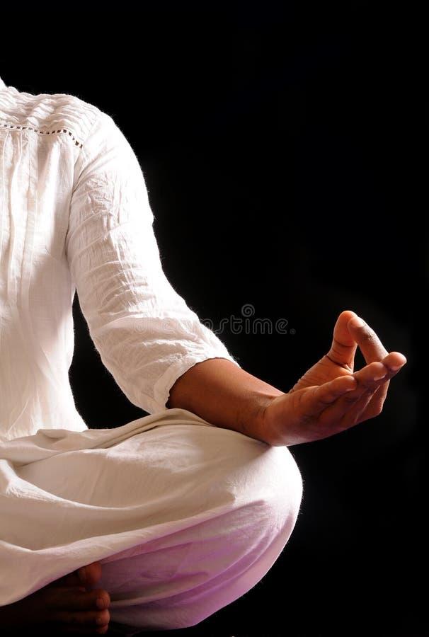 Handeln von Yoga lizenzfreie stockfotografie