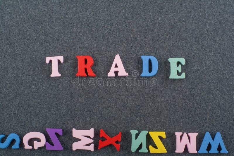 HANDELord på svart brädebakgrund som komponeras från träbokstäver för färgrikt abc-alfabetkvarter, kopieringsutrymme för annonste royaltyfria foton