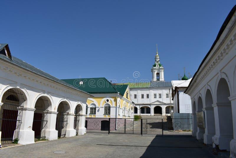 Handelrader handlar och lagerkomplexet av de sena XVIII-early XIX århundradena, som upptar flera kvarter i Kostroma arkivbilder