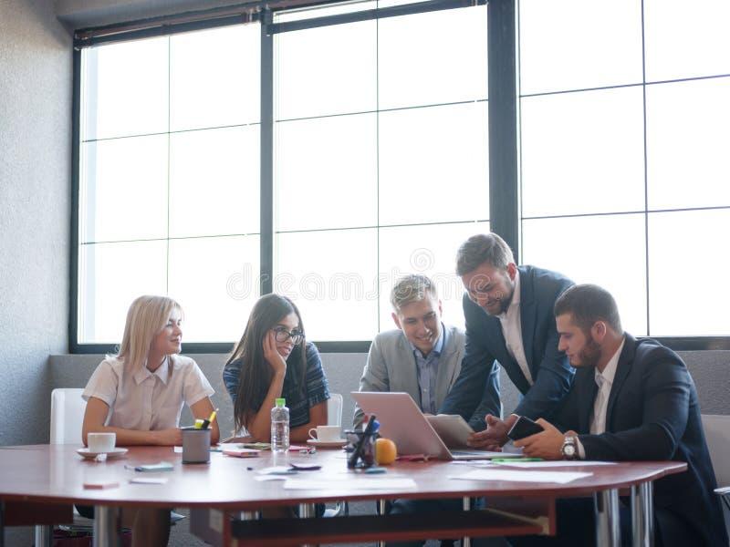 Handelsadviseurs die in een team werken Een groep jonge werknemers op een vergadering in de ruimte van de bedrijfconferentie Zake stock afbeelding