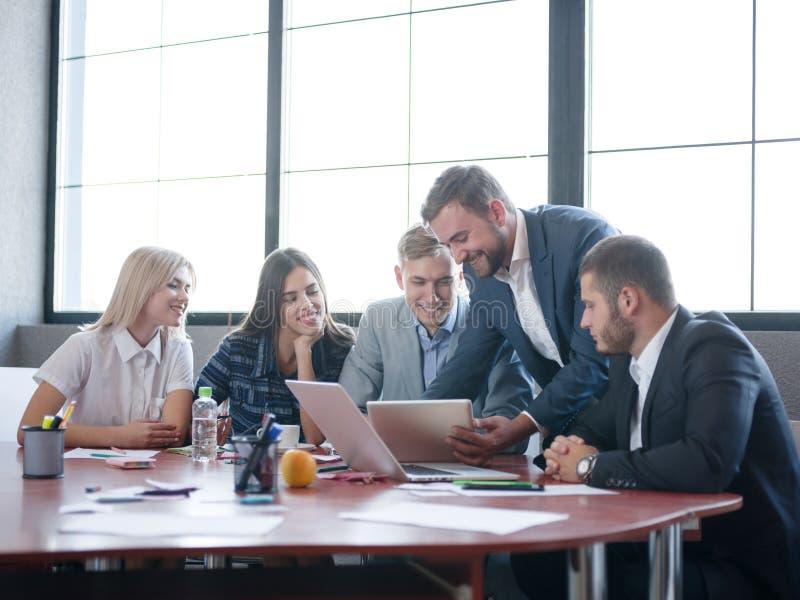 Handelsadviseurs terwijl het werken in een team Een groep jonge werknemers op een vergadering in de ruimte van de bedrijfconferen royalty-vrije stock fotografie
