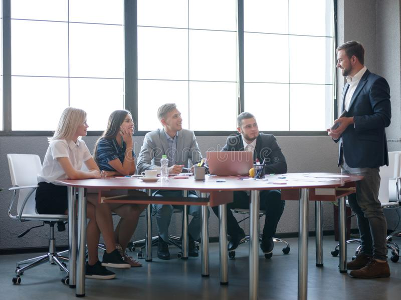 Handelsadviseurs terwijl het werken in een team Een groep jonge werknemers op een vergadering in de ruimte van de bedrijfconferen stock afbeeldingen