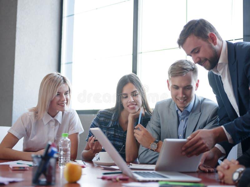 Handelsadviseurs terwijl het werken in een team Een groep jonge werknemers op een vergadering in de ruimte van de bedrijfconferen royalty-vrije stock afbeeldingen