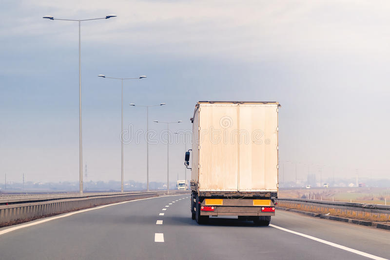 Handelsanhänger-LKW in der Bewegung auf Autobahn lizenzfreies stockfoto