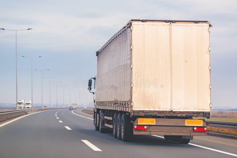Handelsanhänger-LKW in der Bewegung auf Autobahn stockfoto