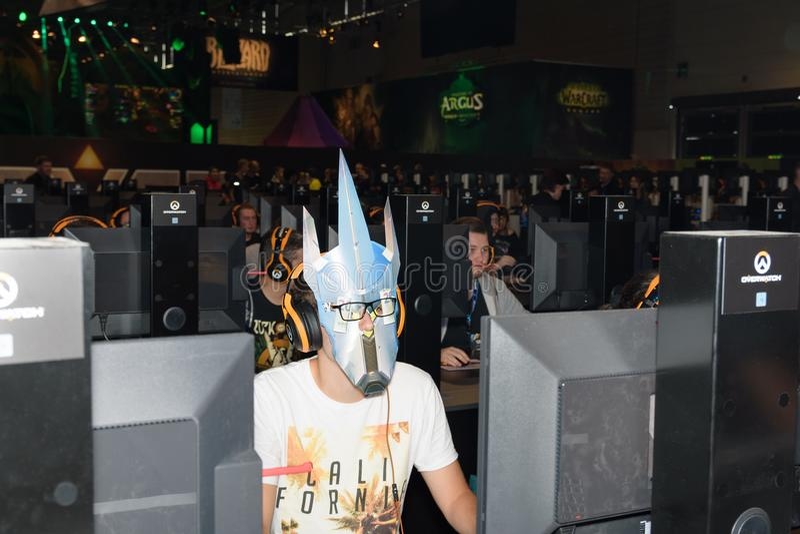 Handelsbeursbezoeker met maskerspel met anderen het spel overwatch royalty-vrije stock afbeelding