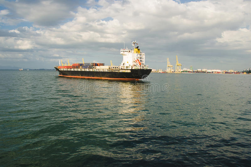 Handelscontainerschiff nahe Frachthafen Versand, Transportkonzept stockfotografie