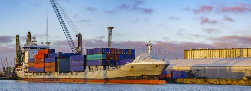 Handelsfartyg i hamnstaden arkivfoton