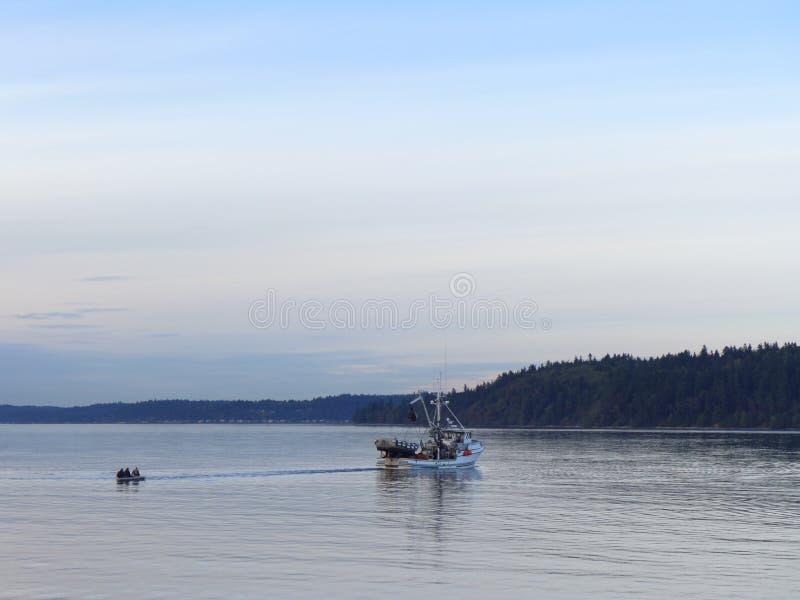 Handelsfischerboot am Sonnenuntergang stockbilder