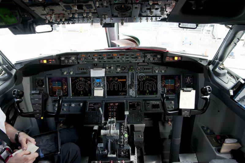 Handelsflugzeug-Cockpit stockfoto
