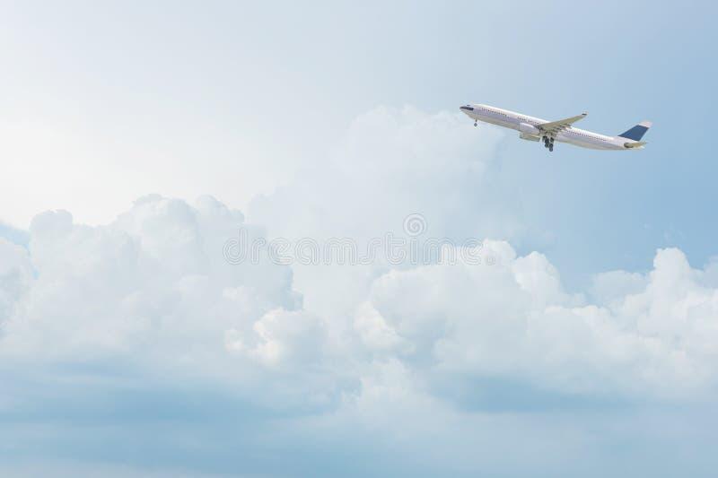 Handelsflugzeug, das über hellen blauen Himmel fliegt lizenzfreies stockfoto