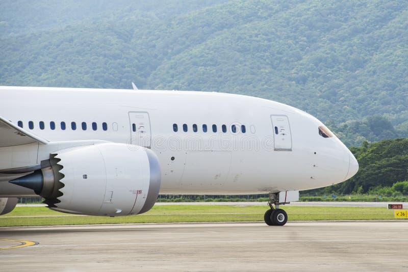 Handelsflugzeug, das zur Rollbahn mit einem Taxi fährt stockbilder