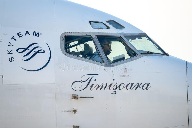 Handelsflugzeugstart Tarom Timisoara Skyteam von Otopeni-Flughafen in Bukarest Rumänien stockfotografie