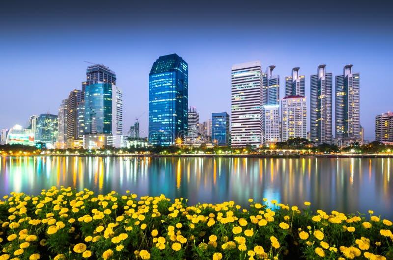 Handelsgebäude in Bangkok-Dämmerung lizenzfreies stockfoto