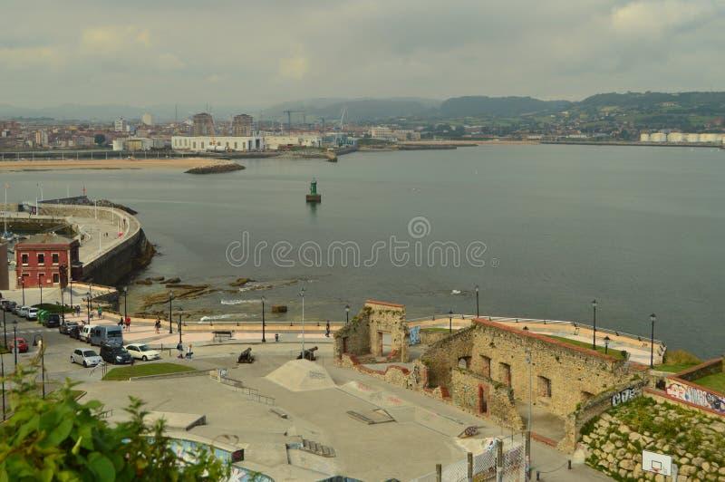Handelshafen gesehen vom Cimadevilla-Park in Gijon Natur, Reise, Feiertage, Städte stockbilder