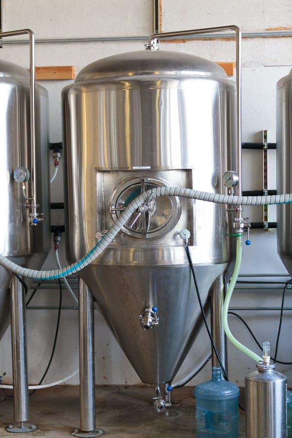 Handelshandwerks-Bier, das an der Brauerei macht stockfotografie