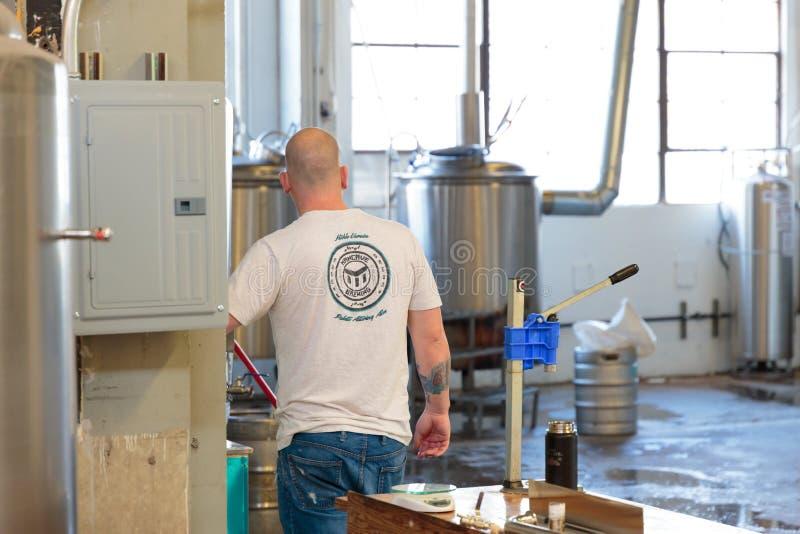 Handelshandwerks-Bier, das an der Brauerei macht stockfotos