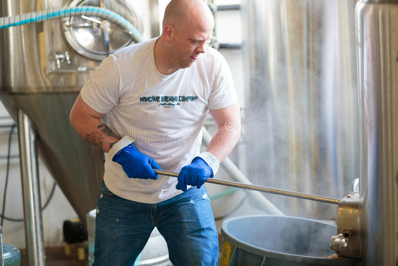 Handelshandwerks-Bier, das an der Brauerei macht lizenzfreie stockfotografie