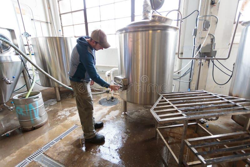 Handelshandwerks-Bier, das an der Brauerei macht stockfoto