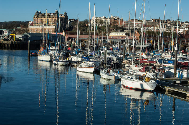 Handelsjachthafen in Scarborough, Vereinigtes Königreich lizenzfreies stockbild