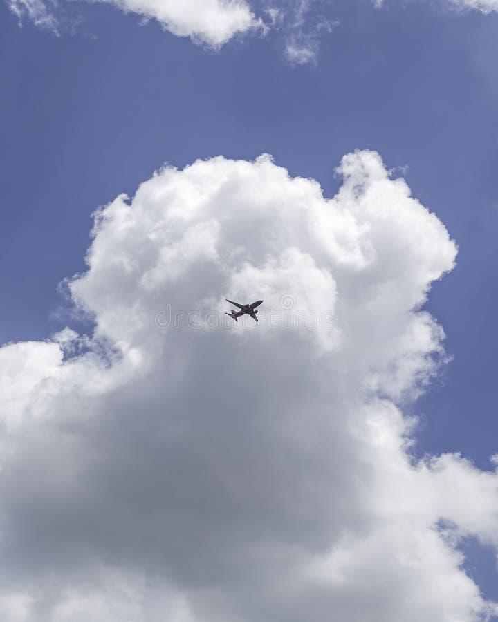 Handelsjet in den Wolken stockfotos
