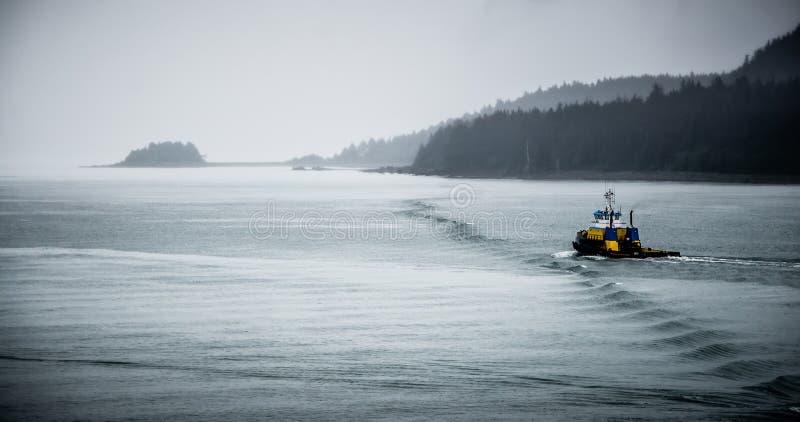 Handelskrabbenfischereifahrzeug nahe Juneau, Alaska lizenzfreie stockfotos