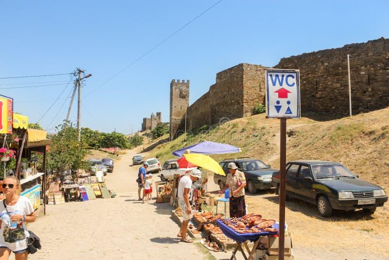 Handelsouvenir nära fästningen royaltyfri foto