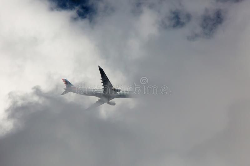 Handelspassagierflugzeug, das durch Sturm-Wolken überschreitet lizenzfreie stockbilder