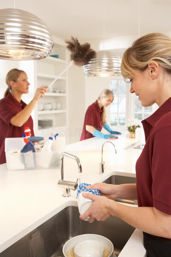 Handelsreinigungsmittel, die in der Küche arbeiten lizenzfreies stockfoto