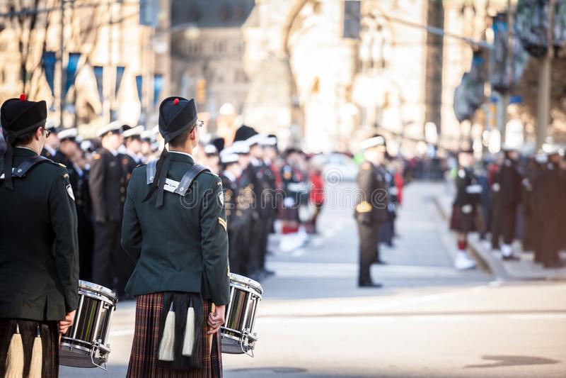 Handelsresande av den ceremoniella vakten för musikband av regulatorn General Foot Guards av Kanada, med deras kiltar fotografering för bildbyråer