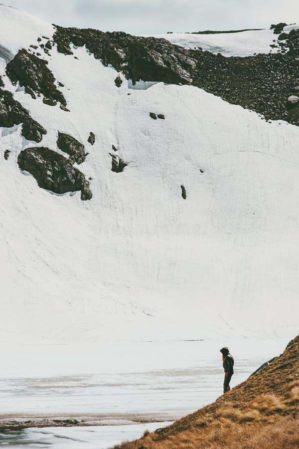 Handelsresande bara i snöig begrepp för affärsföretag för berglopplivsstil arkivfoton