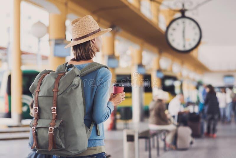 Handelsresande för ung kvinna som väntar på en buss på en bussstation, ett lopp och ett aktivt livsstilbegrepp arkivbilder