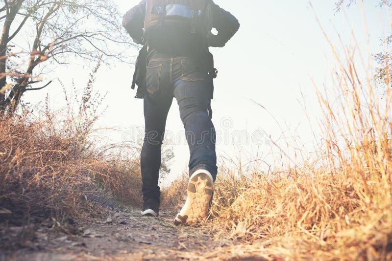 Handelsresande för ung man med att koppla av för ryggsäck som är utomhus- royaltyfria foton