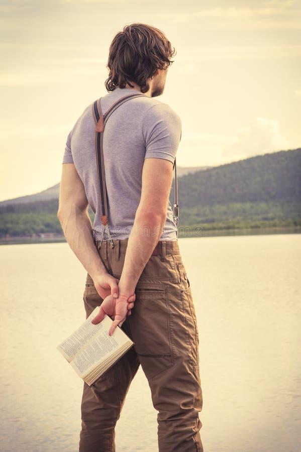 Handelsresande för ung man med utomhus- lopplivsstil för bok royaltyfri foto